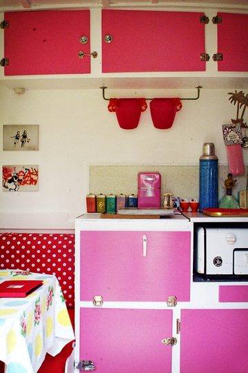 20170420&075636_Kip Caravan Badkamer ~ Perfect match rood & roze ? Caravanity  happy campers lifestyle
